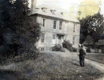 Segenhoe Manor and Charles Crouch about 1900 [X265/2]